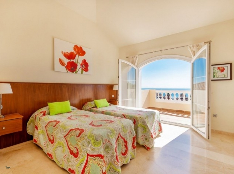 Twin bedroom also with access to the roof terrace