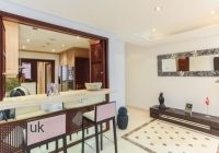 Large breakfast bar in open plan lounge and kitchen